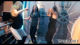 Danseaza dezbracate intr-o camera speciala pregatita pentru o partida de sex in grup