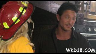 Tarfa blonda care isi doreste sa fie fututa de un pompier