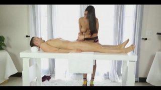 Masaj erotic de relaxare cu o femeie cu sanii foarte mari ce ii ia pula